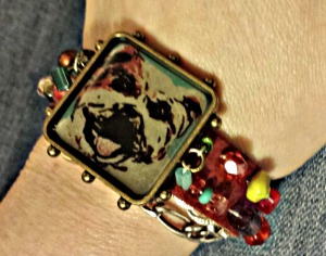 Stephanie Macera painting under resin in charm bracelet. Lovingcolor.net