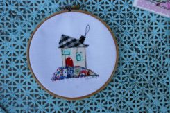 Scrappy house applique, embroidery hoop art, www.lovingcolor.net